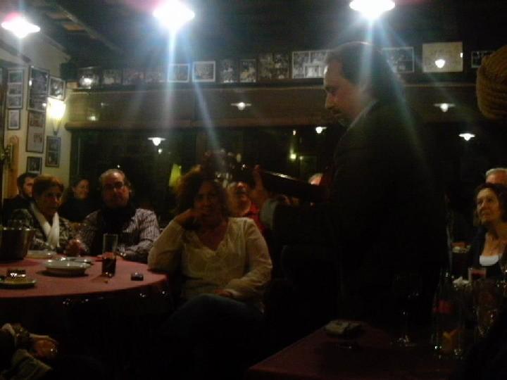 Toni Subirana durant una actuació improvisada durant la inauguració del nou local de la Taverna de La Bella Lola al novembre de 2012.