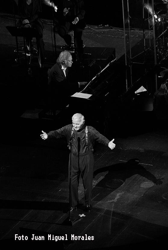 """Charles Aznavour en su interpretación de """"Emmenez-moi"""""""