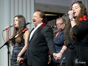 """Toni Subirana interpreta la """"Cançó de l'estrella"""", acompanyat per Mariona Nadal i Isabel Subirana."""
