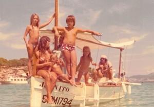 El músico Juan Mena al timón, navegando con mi madre y mis hermanos
